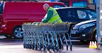 Segédmunkást bevásárlókocsik helyretolására